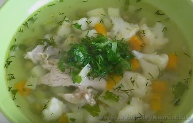 Овощной суп на курином бульоне отлично подойдет для того, чтобы накормить обедом детей.
