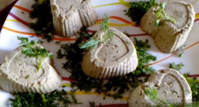 Паштет из фасоли с чесноком и зеленью можно сформировать при помощи формы для красивой подачи.