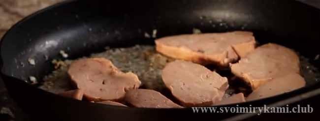 Добавляем печень для паштета из гусиной печени
