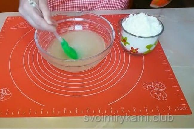 Всыпаем сахар и соду. Перемешиваем. Соду используем негашеную, так как в рассоле уже есть уксус.