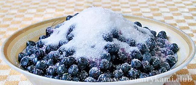 Засыпаем чернику для песочного пирога с черникой сахаром