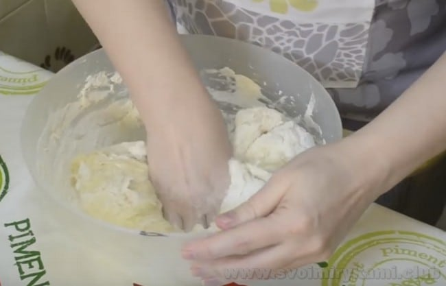 Тесто для пирога с рыбными консервами можно брать и дрожжевое, и слоеное.