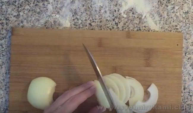 Рецепт пирога с рыбной консервой и картошкой требует также лука.