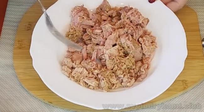 Чтобы приготовить пирог с картошкой и консервированной рыбой, хорошо разомните рыбу и выньте из нее косточки.