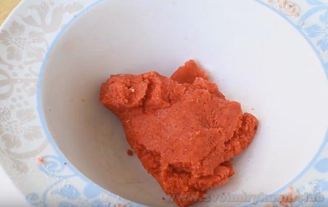 Французское пирожное Шу обязано своим роскошным видом кракелюру с пищевым красителем.