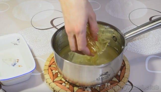 В зеркальную глазурь для муссовых пирожных также добавляем желатин.