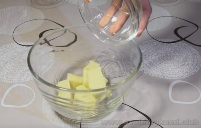 Приготовим зеркальную глазурь для муссовых пирожных.
