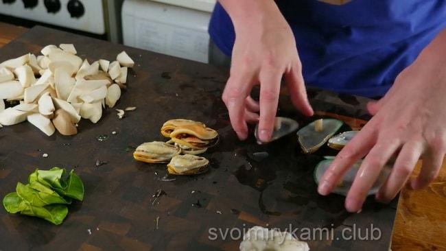 Извлекаем мидии и промываем для приготовления супа том ям
