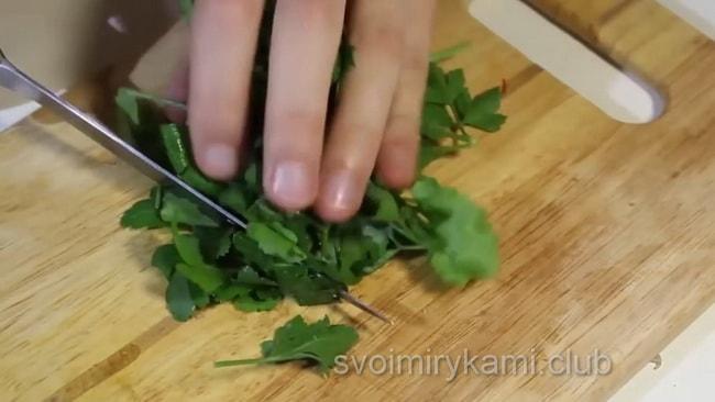 Нарубите зелень для приготовления супа харчо.