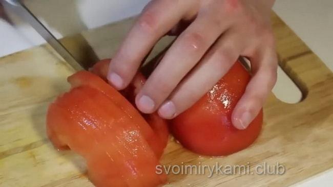Нарезаем помидоры для приготовления супа харчо