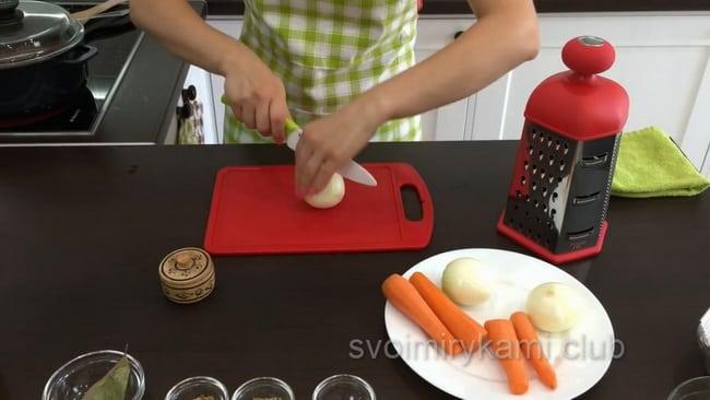 Чистим овощи и нарезаем для приготовления паштета.