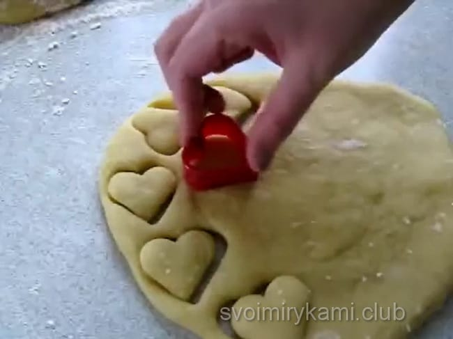 Берем формочку и выдавливаем из теста будущее печенье. Обычно я использую для этого неширокий стакан.