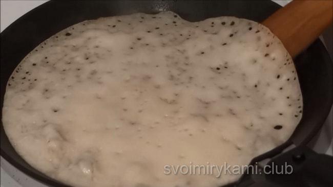 Выпекаем блины без яиц на молоке на горячей сковородке.