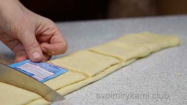Нарезаем тесто на квадратики.