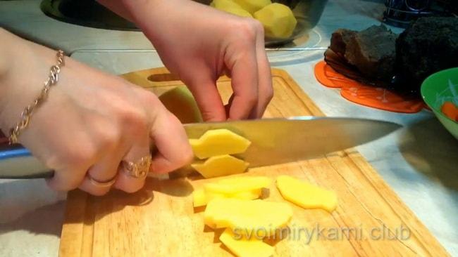 Картофель нарезаем для приготовления супа.