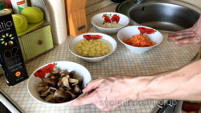 Продукты необходимые для приготовления грибного супа с замороженными грибами.