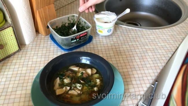 Вкуснейший грибной суп разливаем по тарелкам.