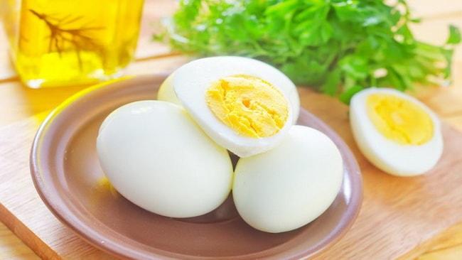 Отвариваем яйца для приготовления классической ботвиньи.