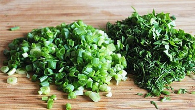 Укроп и зеленый лук рубим и засыпаем овощи.