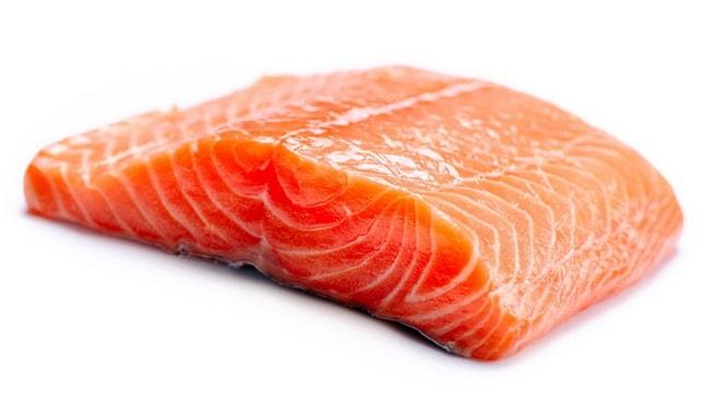 Рыбу нарезаем пластами.