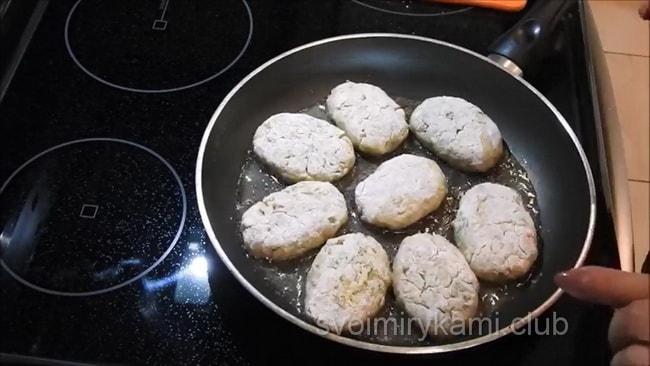 Котлеты из баклажан выкладываем на сковородку и жарим.