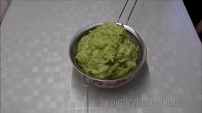 Переложите в емкость и дайте стеч кабачкам, приготовления котлет из кабачков на сковороде.