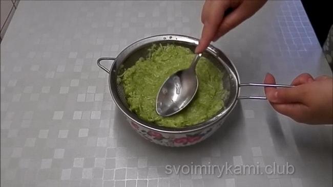 Для приготовления котлет, кабачки должы хорошо пустить воду.