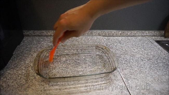 Смажьте форму для приготовления котлет из кальмара.