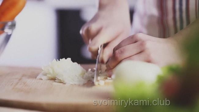 Для приготовления лагмана лук мелко нарезаем.