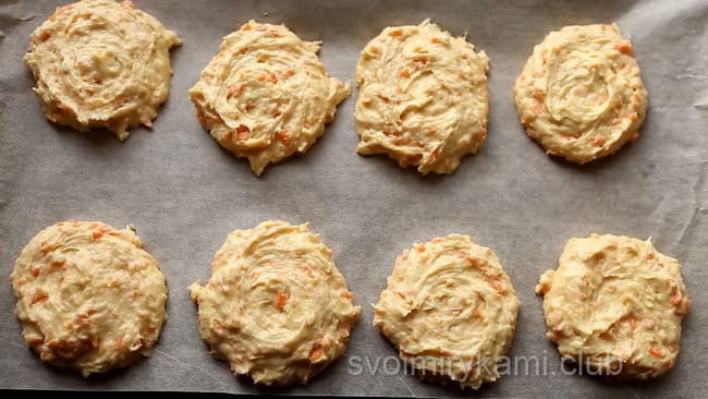 Каждое печенье кладем на поверхность противня и немного прижимаем, чтобы изделия не перекатывались.