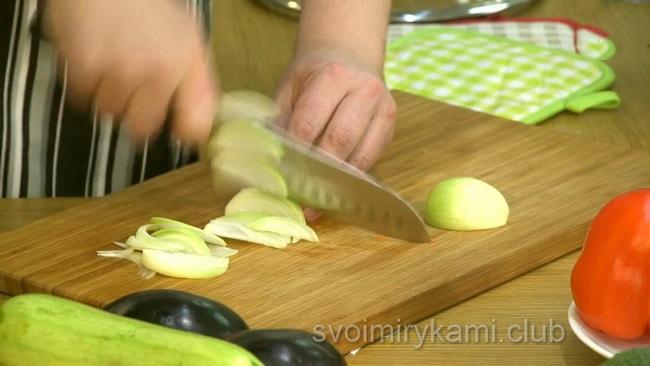 Лук нарезаем соломкой для приготовления овощного супа.