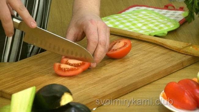 Помидор измельчаем для приготовления овощного супа.