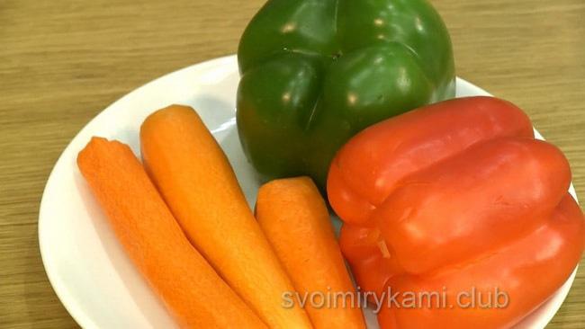 Перец очистить для приготовления овощного супа.