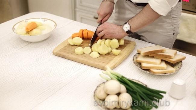 Отвариваем картофель для приготовления супа-пюре