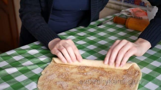 Аккуратно скатать тесто в трубочку, и разрезать на вертикальные кусочки.