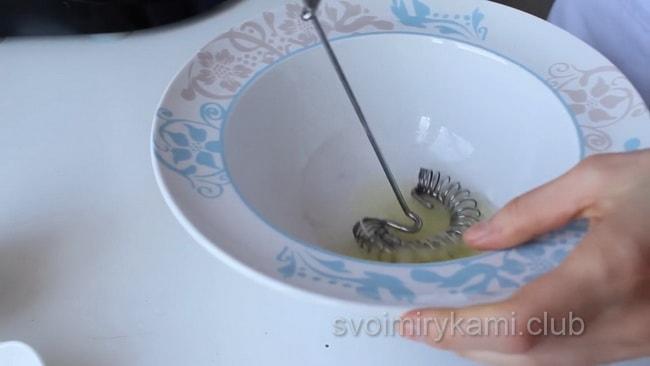 В миске соединить белки и щепотку соли. Взбить миксером до пышности