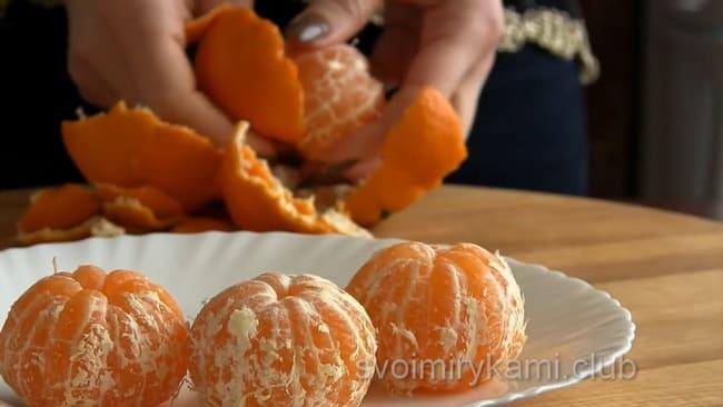 Для приготовления пирога с мандаринами, тщательно очистите пленку.
