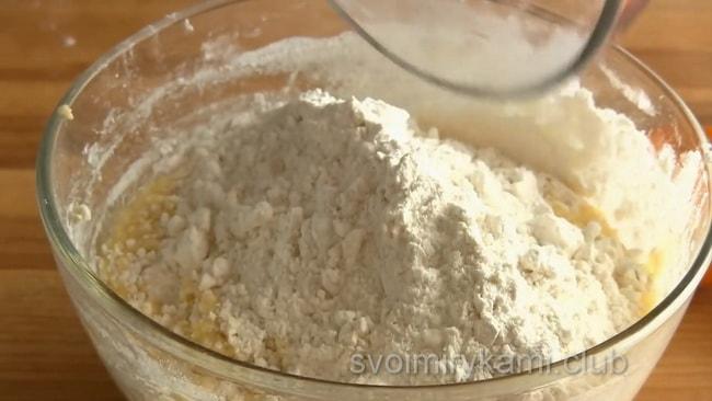 Просейте муку и добавьте в смесь для приготовления пирога.