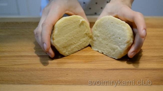 Разделяем тесто на две части.