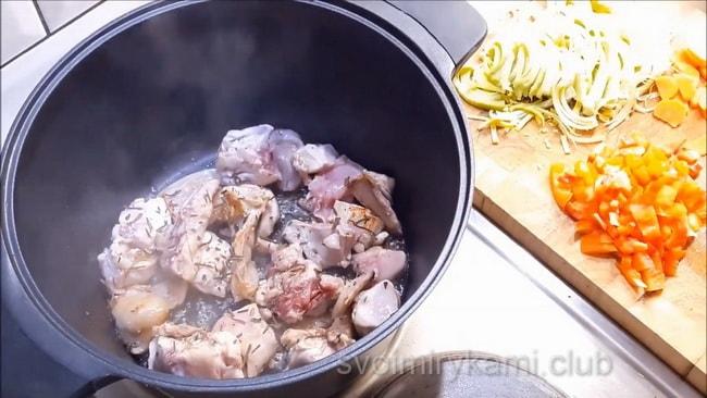 К мясу добавляем специи и лавровый лист.