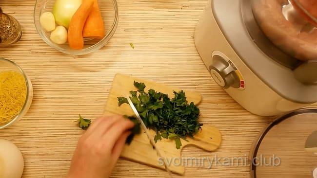 Шинкуем зелень для супа с фпикадельками.