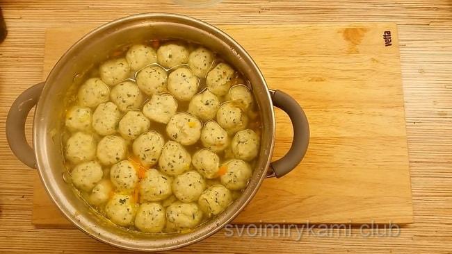Готовый суп с куриными фрикадельками