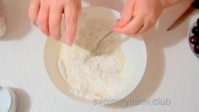 Замешиваем тесто для приготовления вареников с черешней