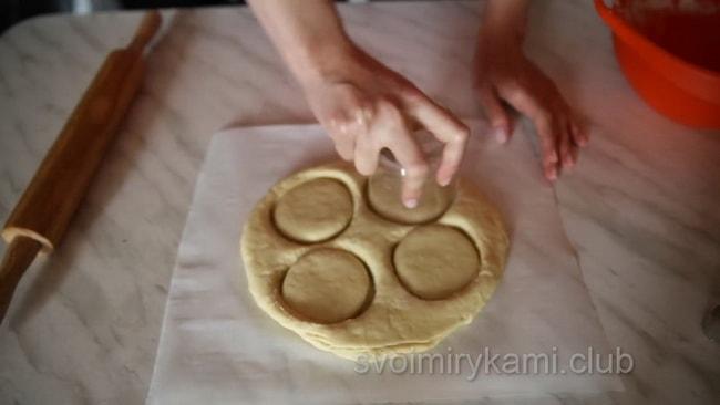 Выдавливаем чашкой пончики.
