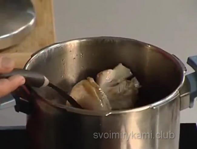 Варим свиной бульон для приготовления щей.