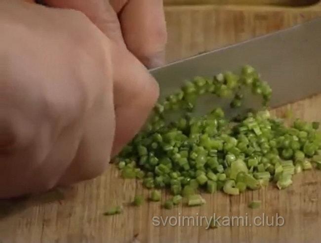 Нарезаем петрущку для приготовления щей.