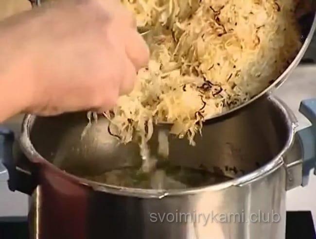Закладываем капусту в бульон