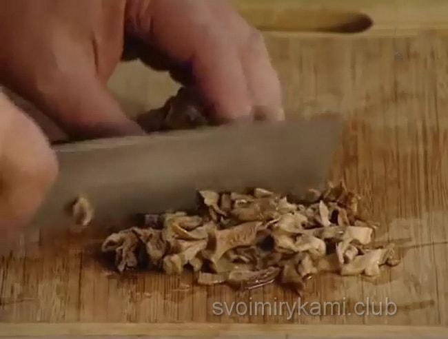грибы нарезаем для приготовления щей