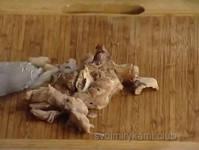 нарезаем мясо для приготовления щей