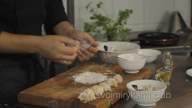 Сформуйте маленькие фрикадельки для супа.